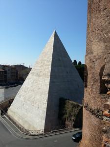 Piramide vista dal camminamento Porta S. Paolo