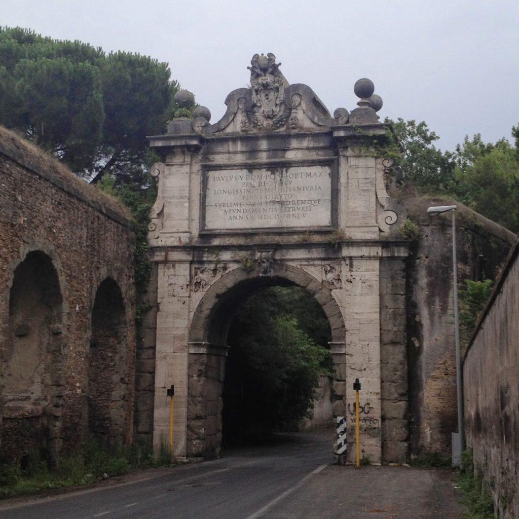 L'Arco Paolo e parte dell'acquedotto ricostruito sui resti del Traiano per il Fontanone del Gianicolo